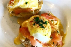 eggs benedict with smoked salmon on muffin